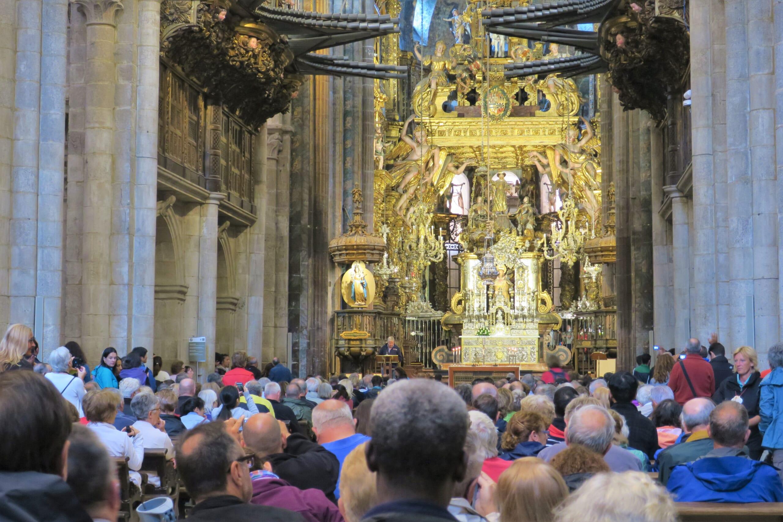 北スペインの観光スポットであるガリアシアのサンティアゴ・デ・コンポステーラ大聖堂で行われる巡礼者のためのミサ