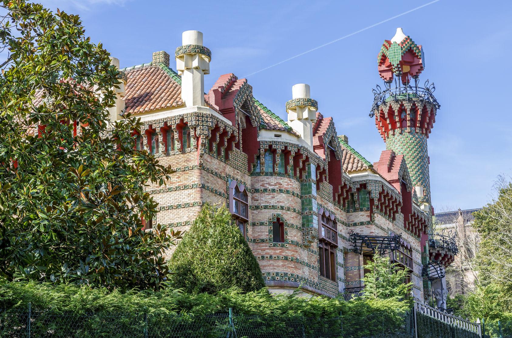 北スペインの観光スポットであるカンタブリアのコミージャスにあるガウディ建築