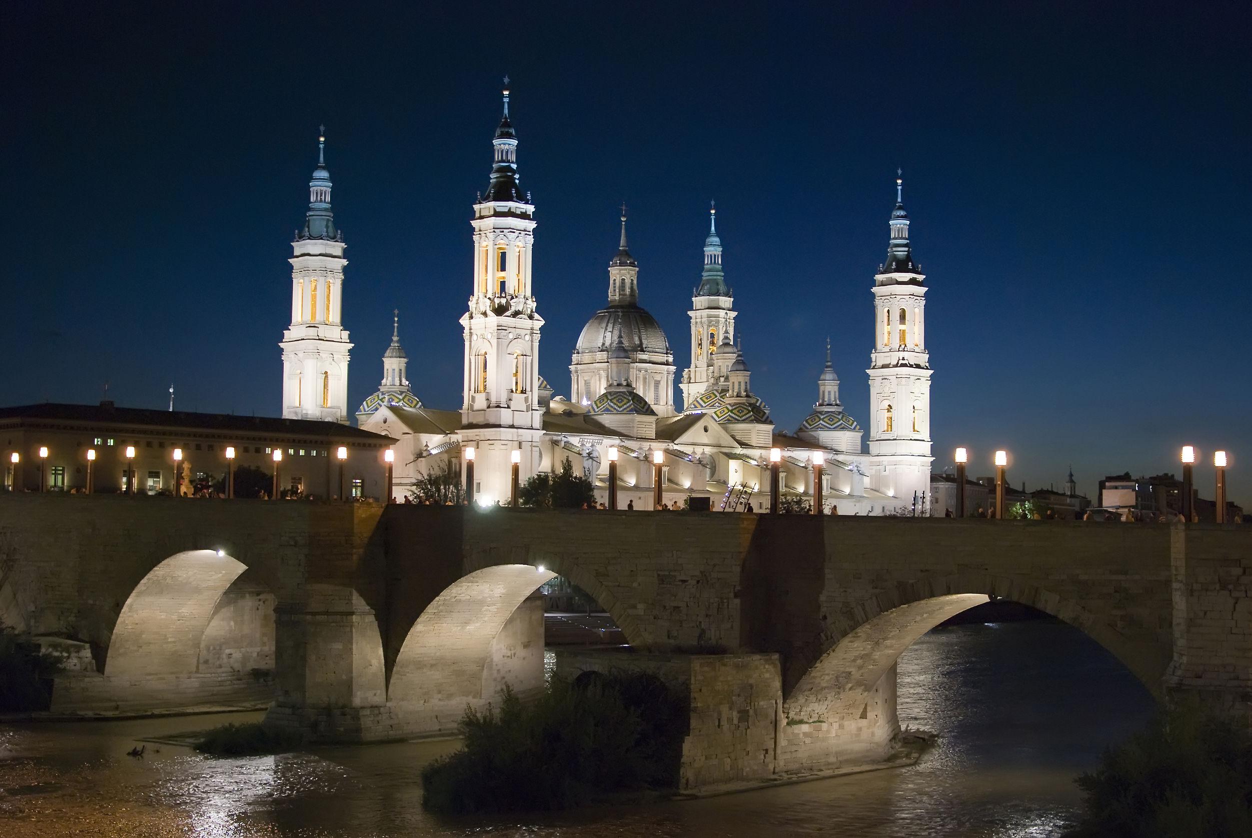 北スペインの観光スポットであるアラゴンのサラゴサにある聖母ピラール大聖堂