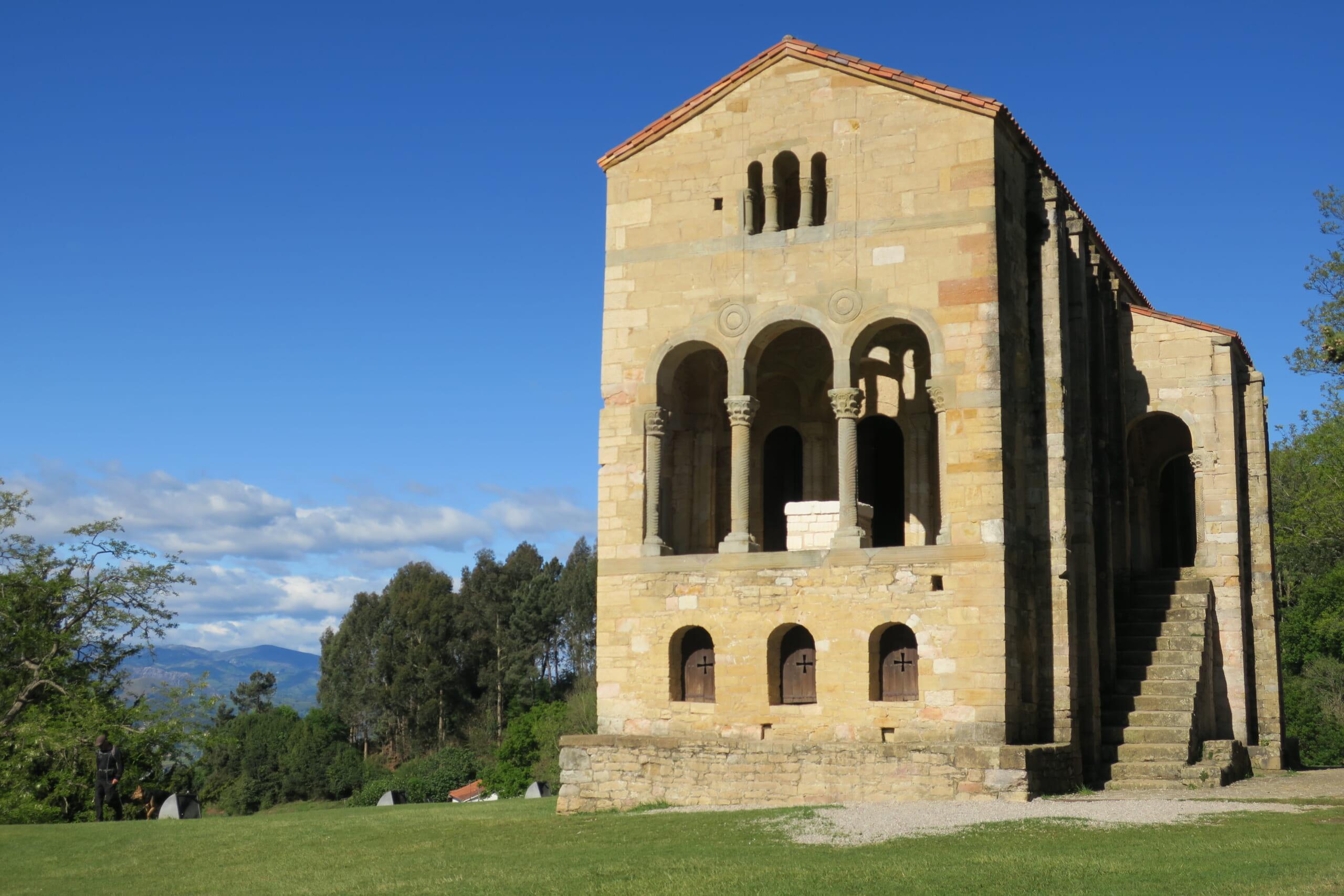 北スペインの観光スポットであるアストゥリアスのプレロマネスク建築