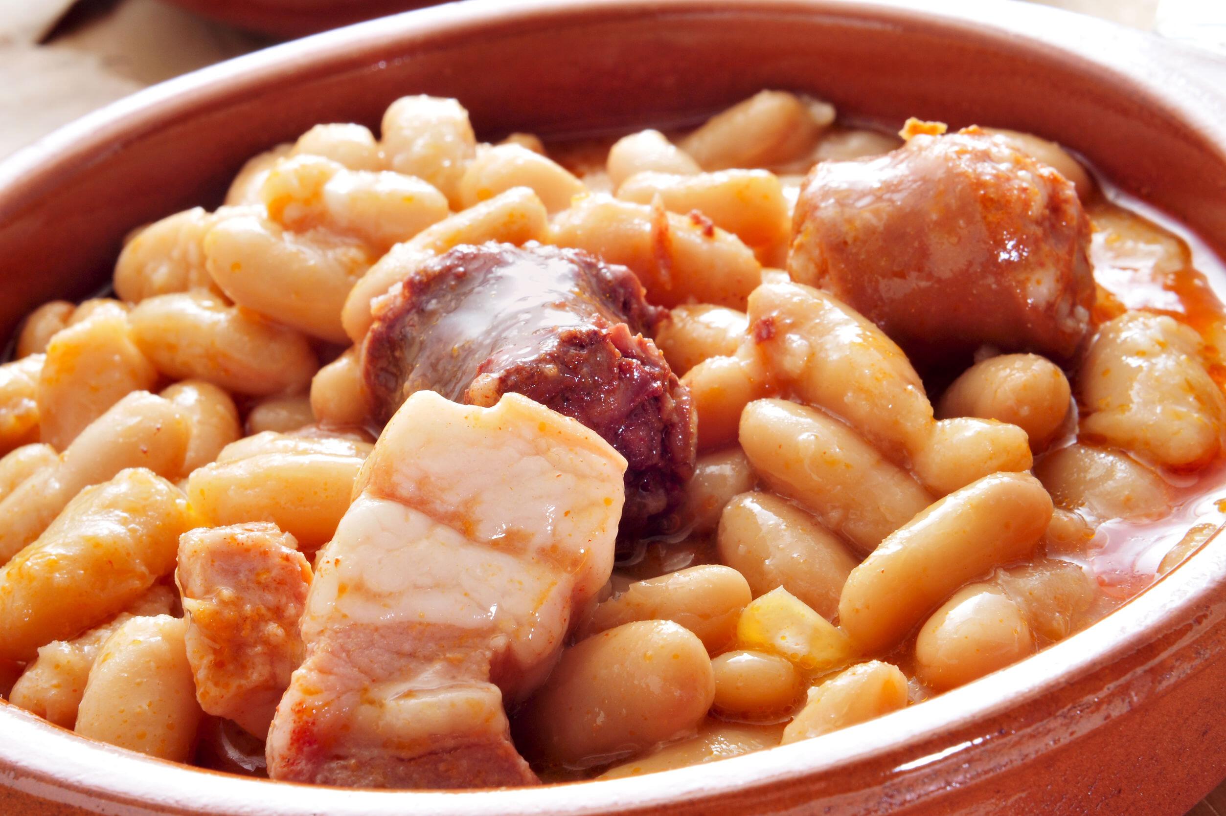 北スペインの観光スポットであるアストゥリアスの郷土料理ファバーダ