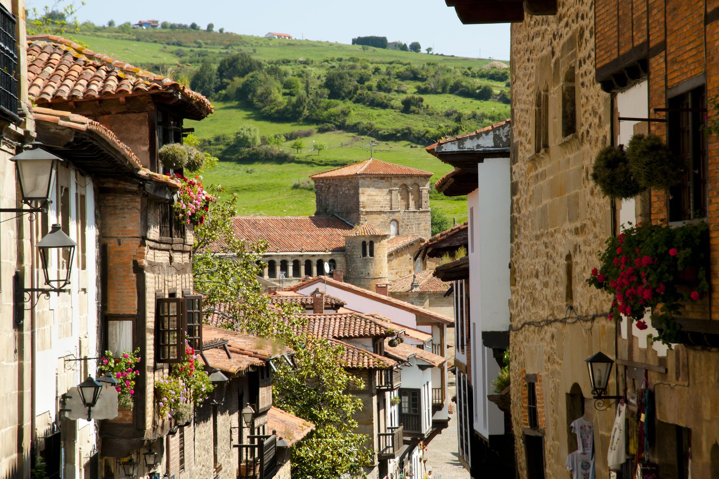 北スペインの観光スポットであるカンタブリアのサンティジャーナ・デル・マル