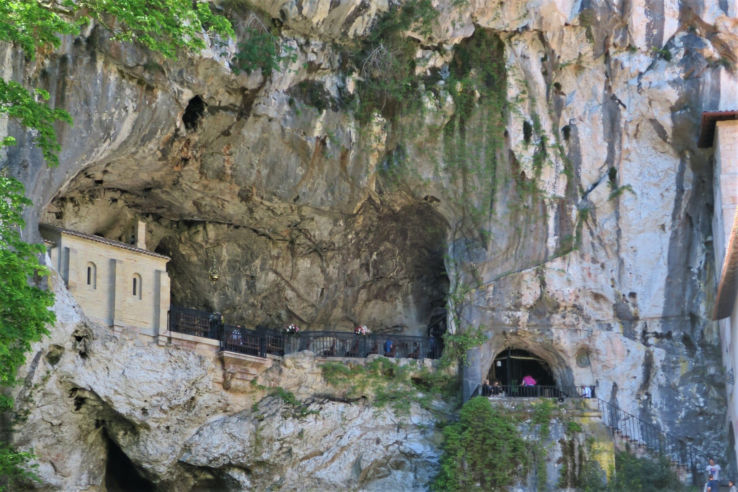 北スペインの観光スポットであるアストゥリアスのコバドンガ