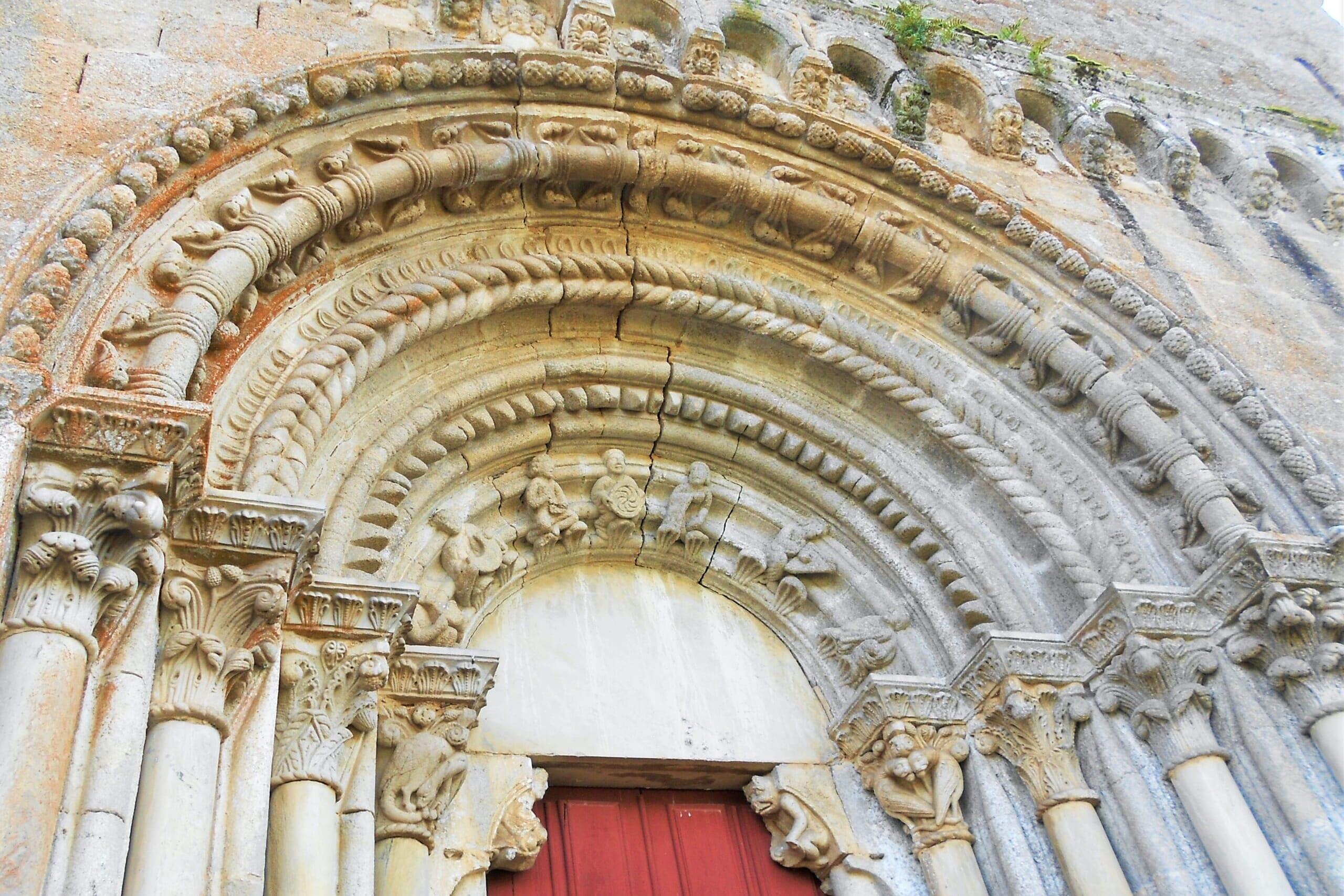 北スペインの観光スポットであるガリシアのリベイラ・サクラのロマネスク建築