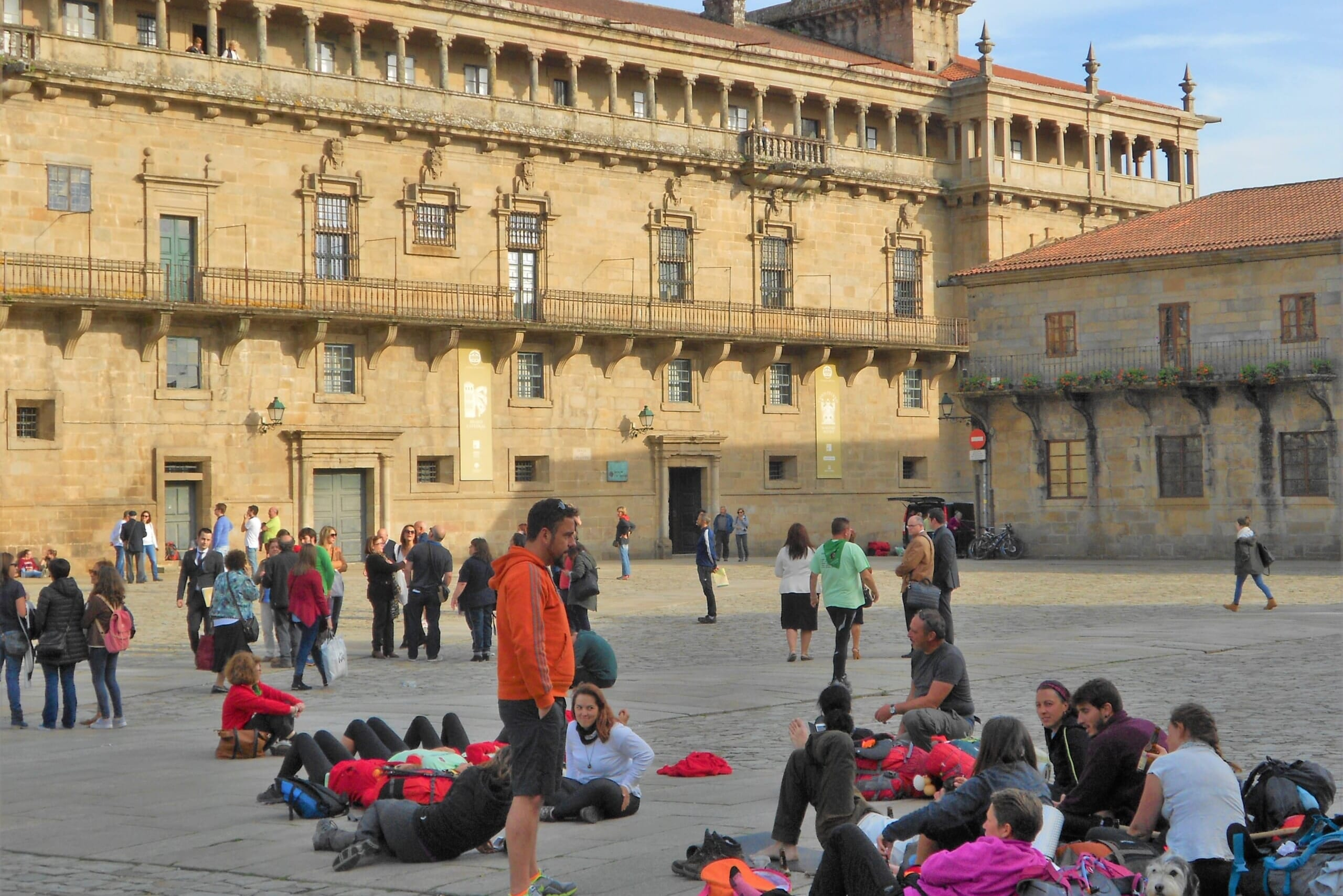 北スペインの観光スポットであるガリシアのサンティアゴ・デ・コンポステーラ大聖堂前の広場