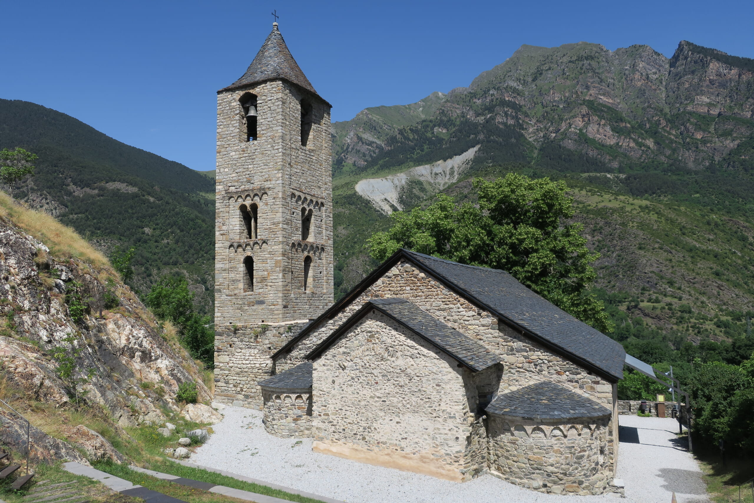 北スペインの観光スポットであるカタルーニャのボイ渓谷に位置するボイ村のサン・フアン教会