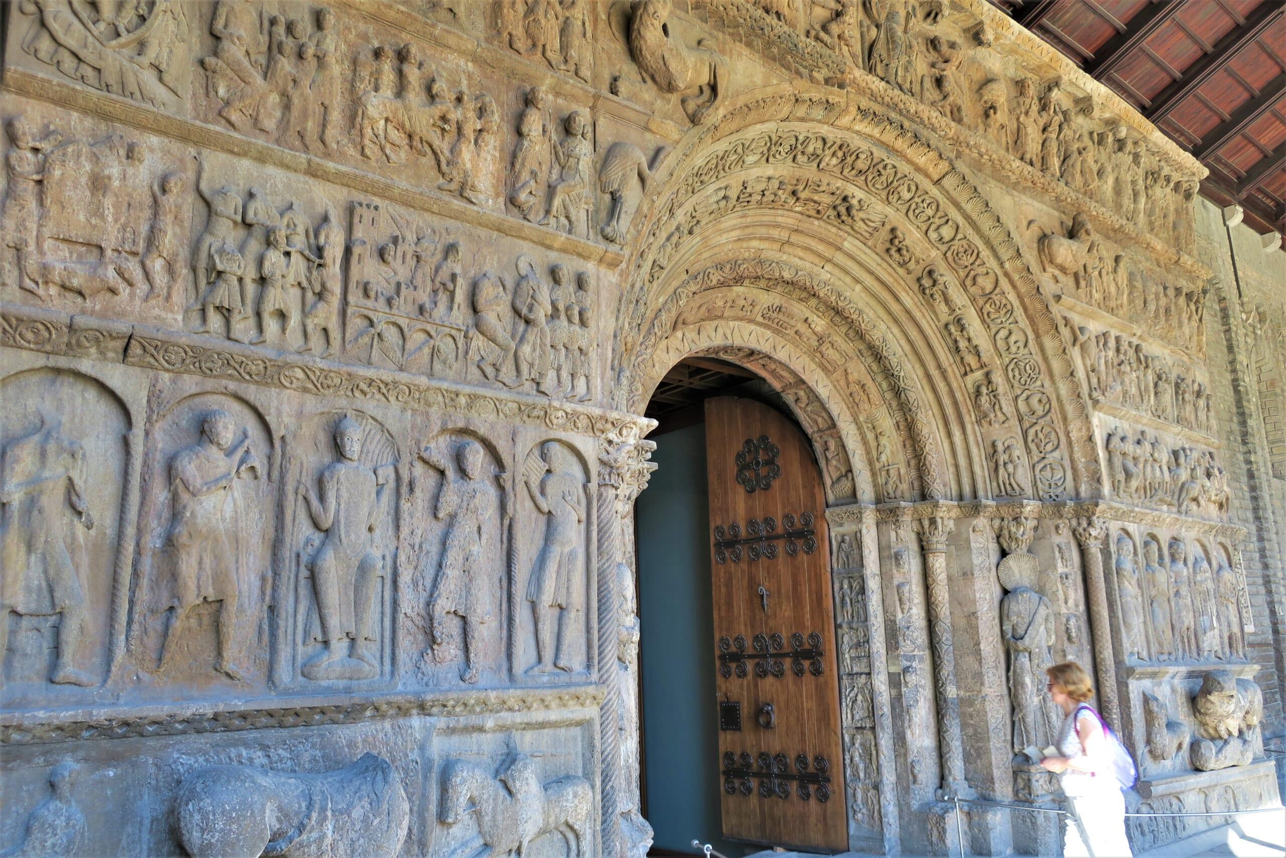 北スペインの観光スポットであるカタルーニャ、リポイのサンタ・マリア修道院