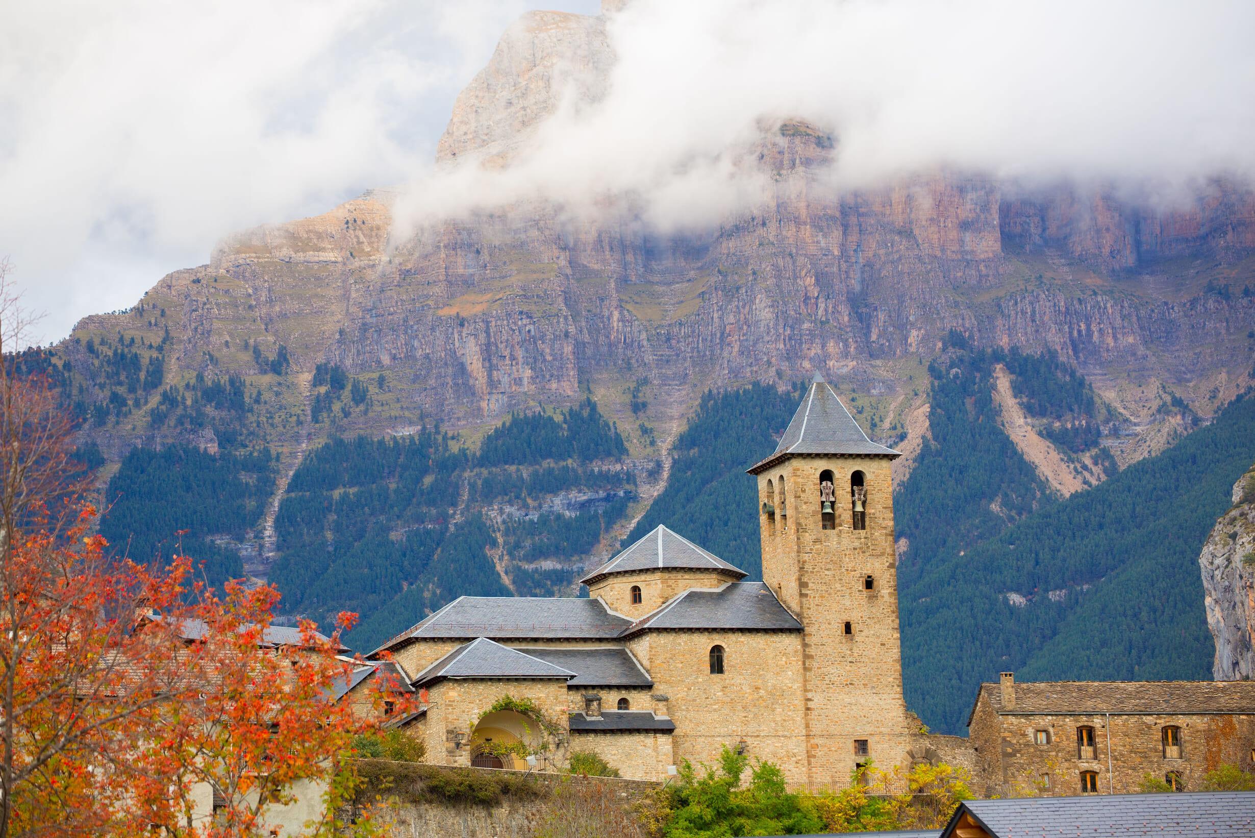 北スペインの観光スポットであるピレネー山中に佇むトルラ村