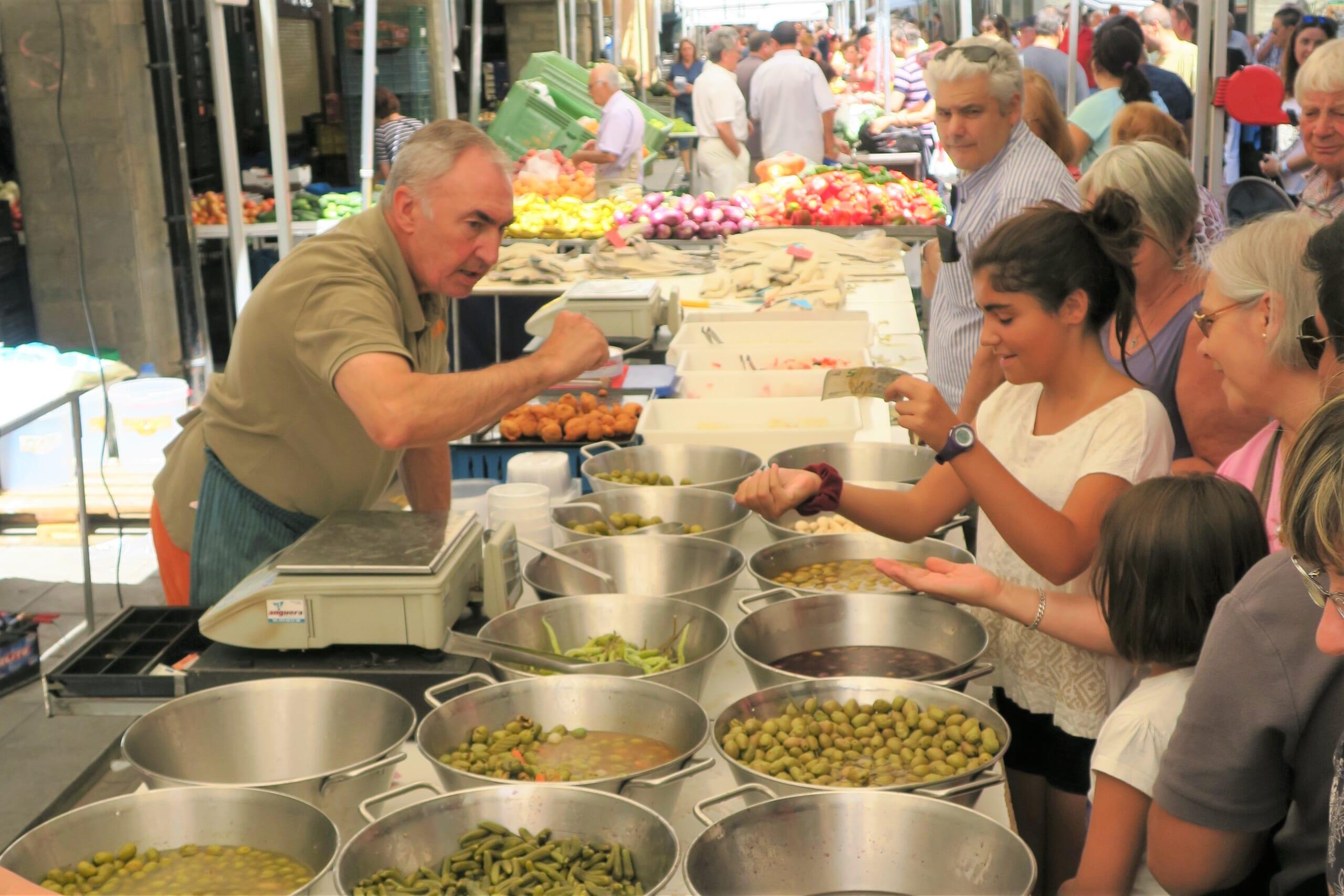 北スペインの観光スポットであるピレネー山中の市場