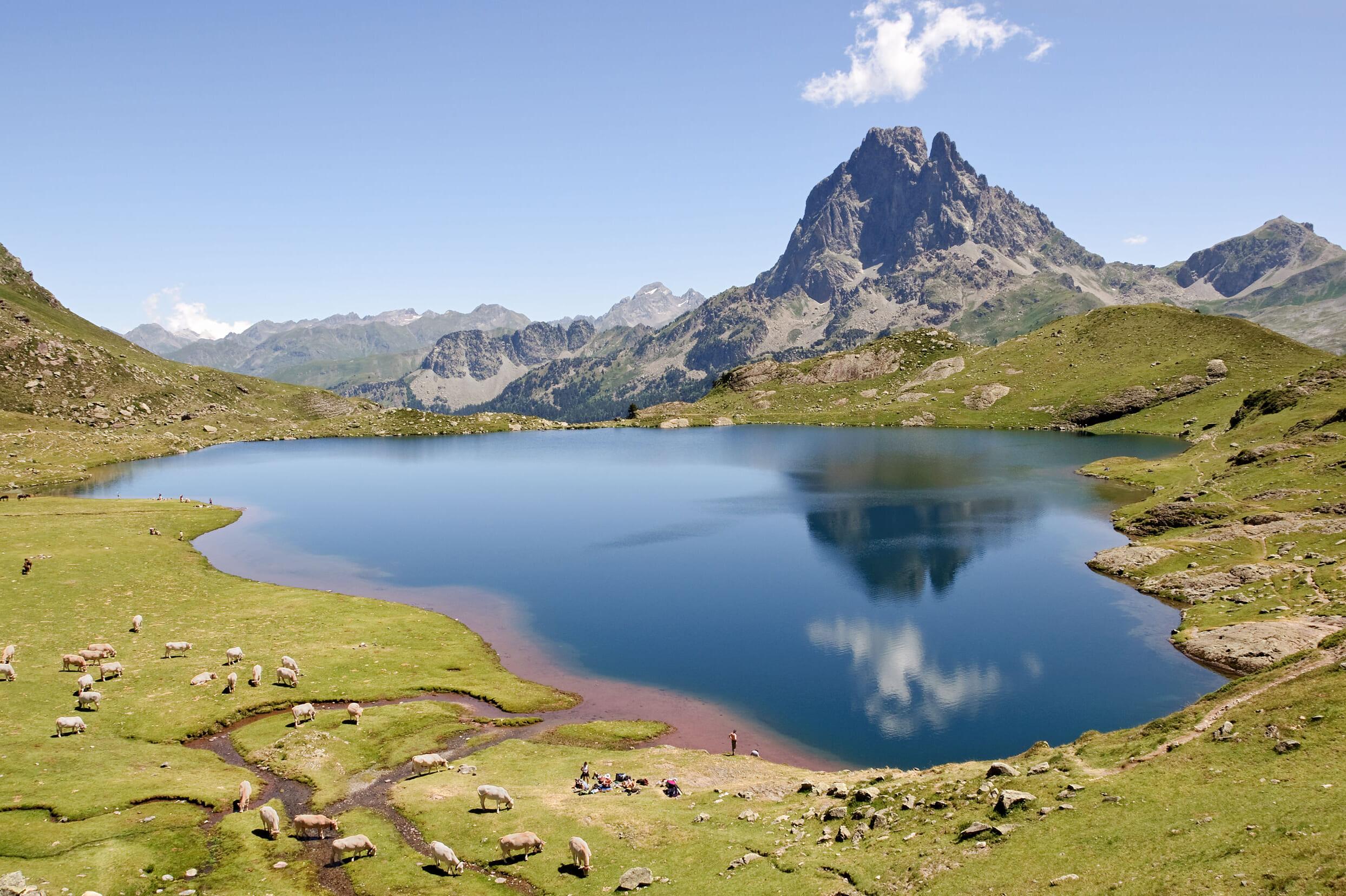 観光スポットであるピレネー山脈の山上湖