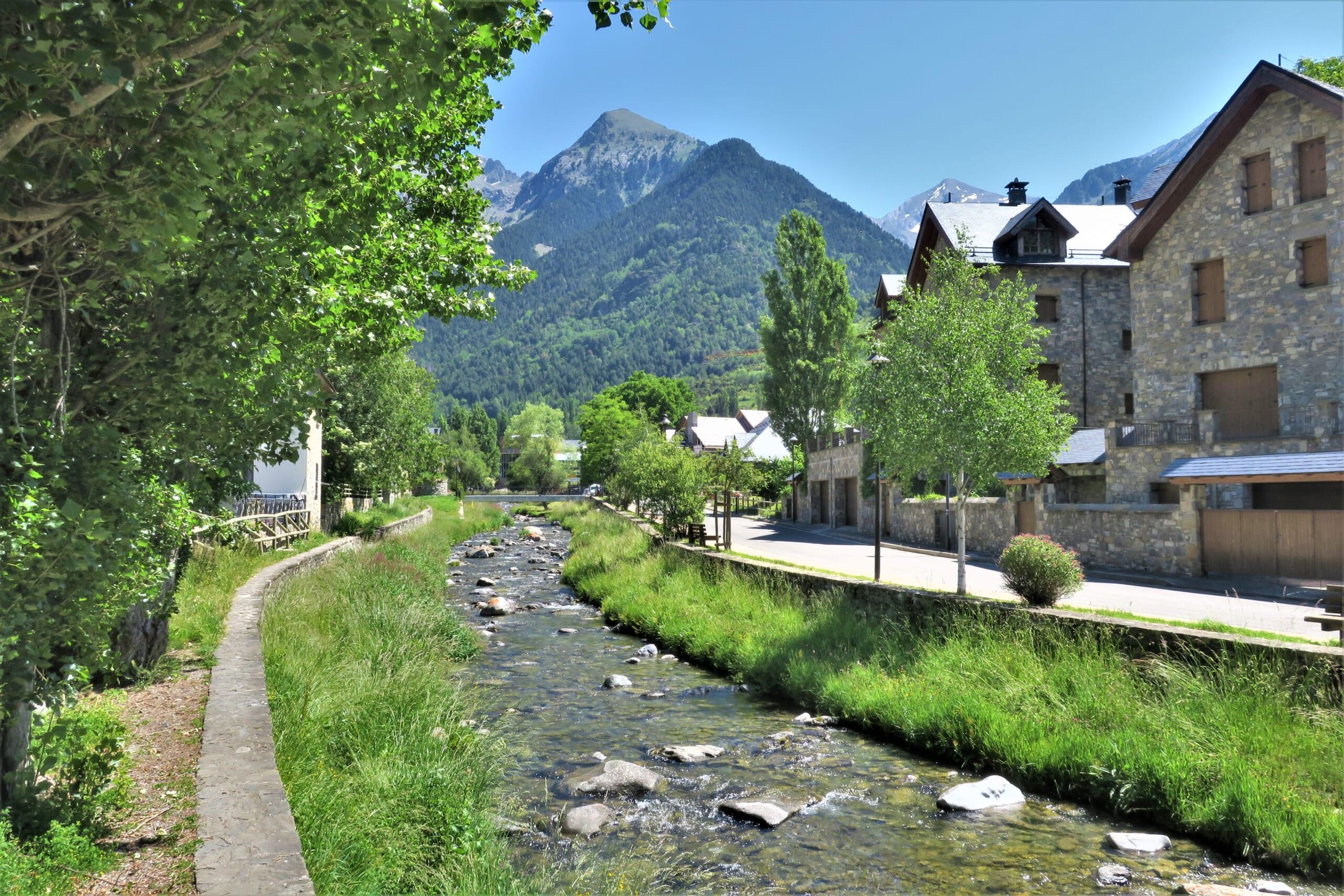 北スペインの観光スポットであるピレネーのテナ渓谷