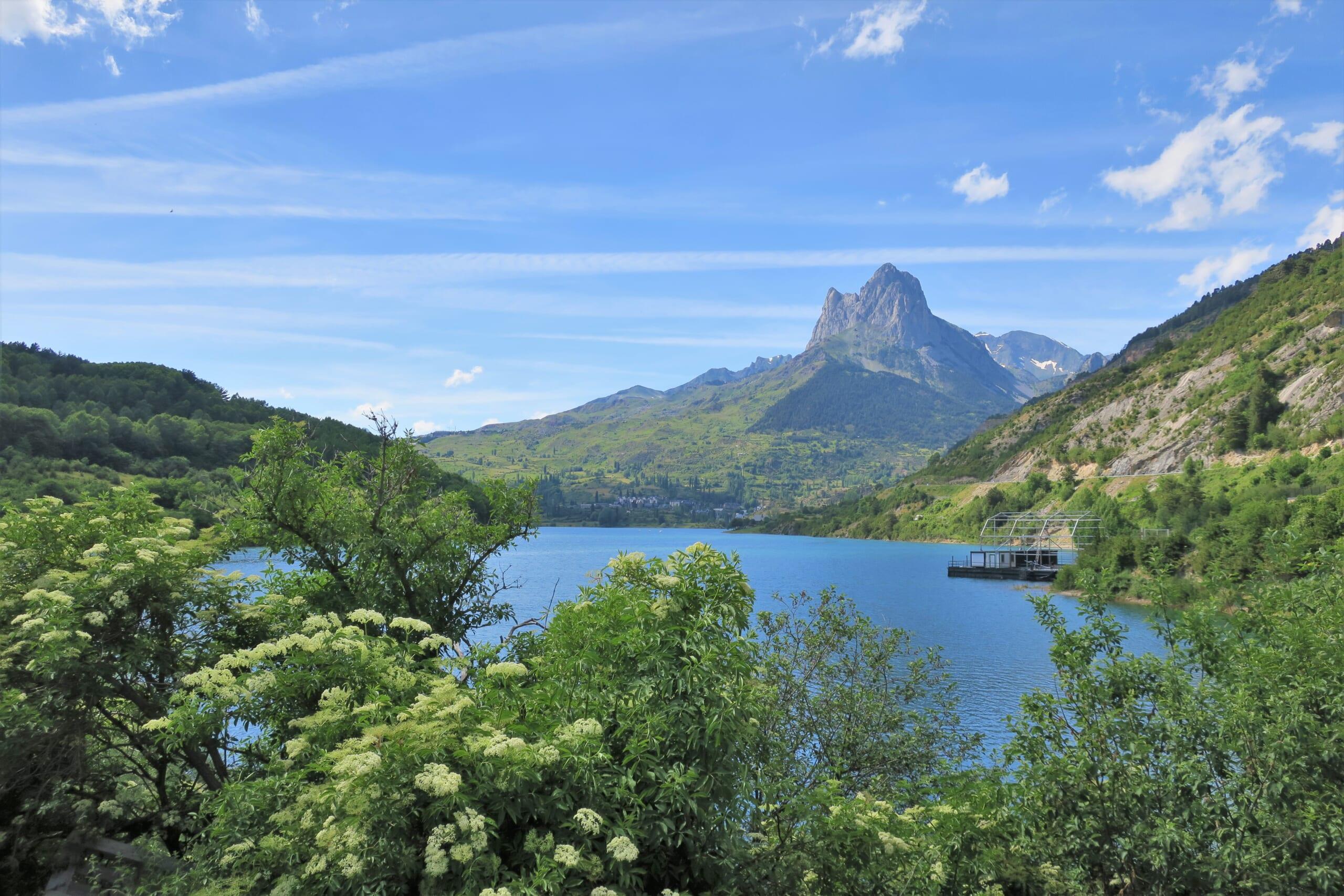 北スペインの観光スポットであるピレネー山脈のテナ渓谷