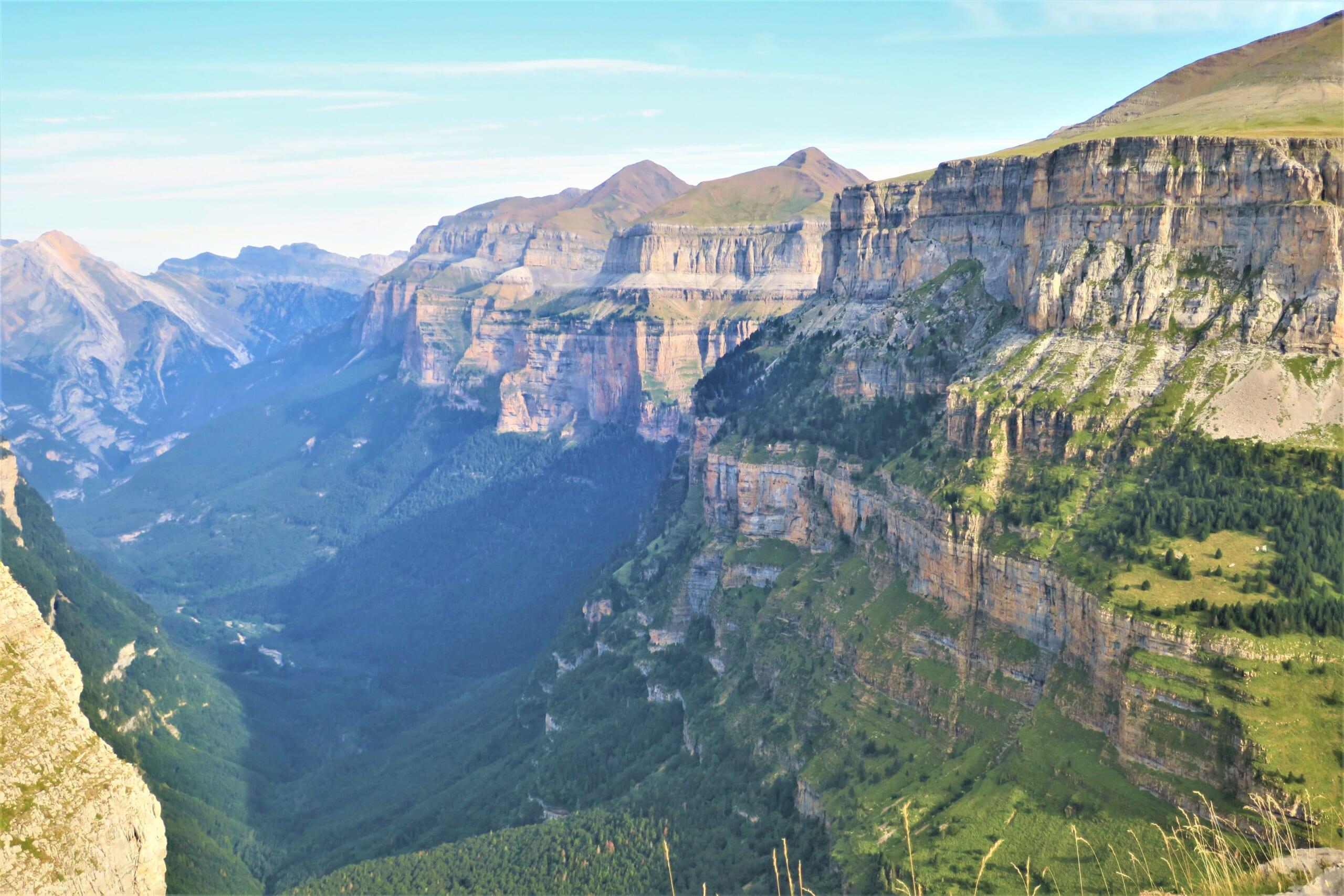 北スペインの観光スポットであるピレネー山脈のオルデサ圏谷