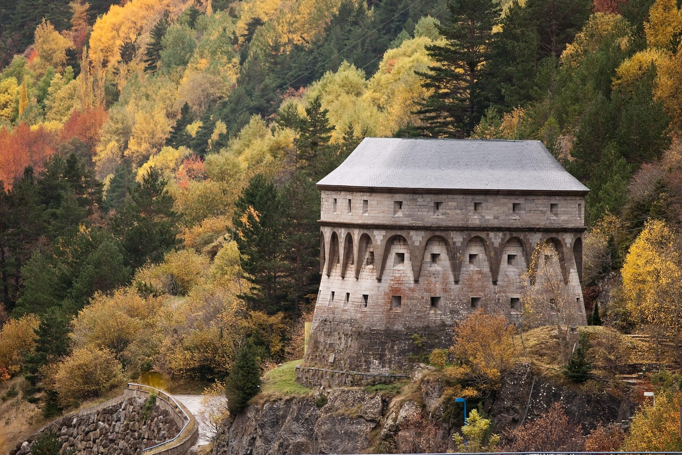 北スペインの観光スポットであるピレネー山脈の黄葉