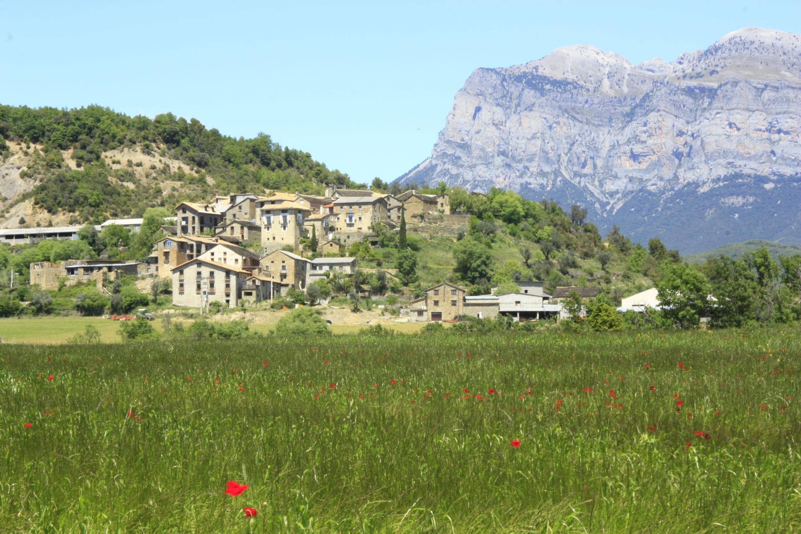 北スペインの観光スポットであるピレネー山脈と小さな村
