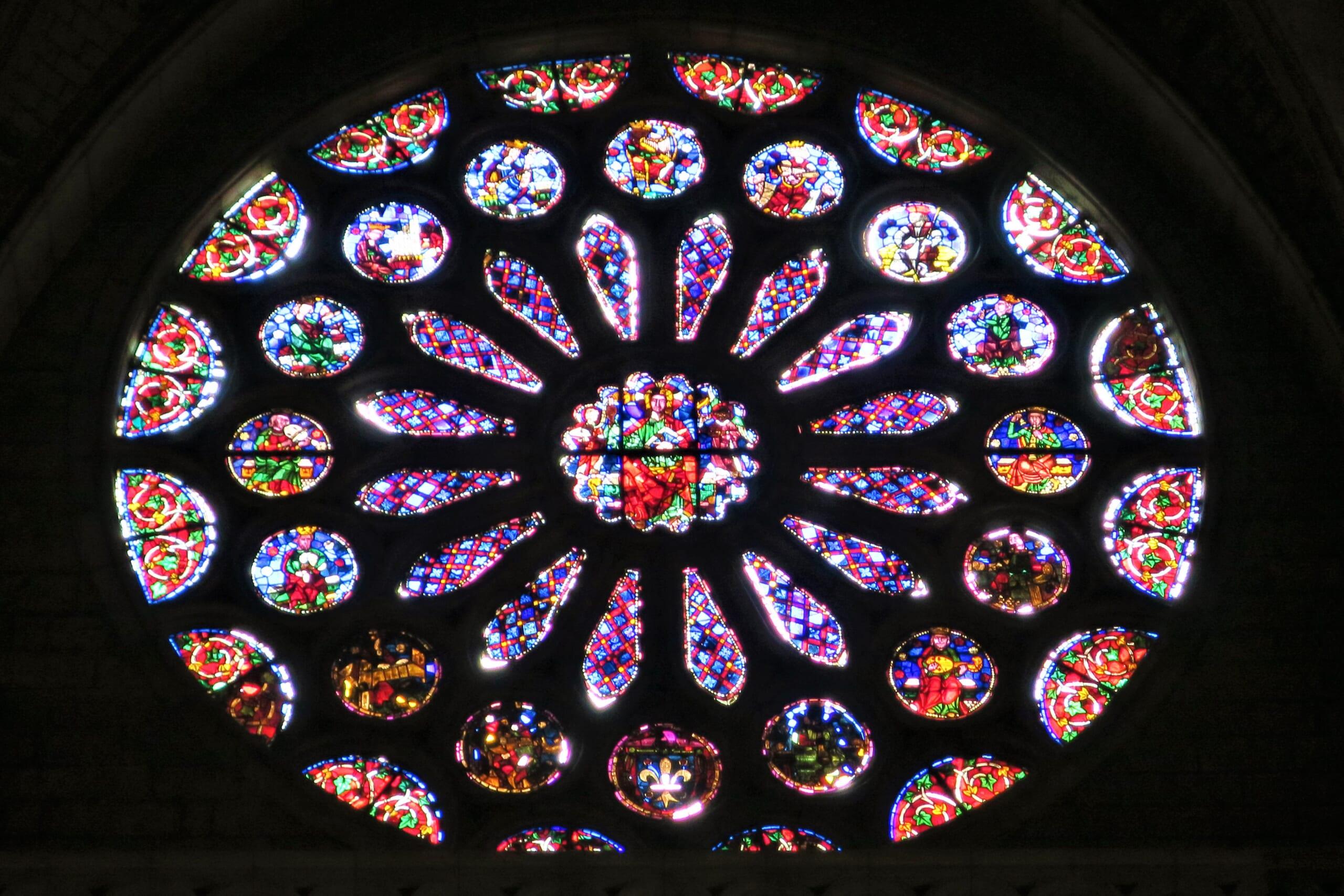 北スペインのサンティアゴ巡礼路の経由地であるレオン大聖堂のステンドグラス