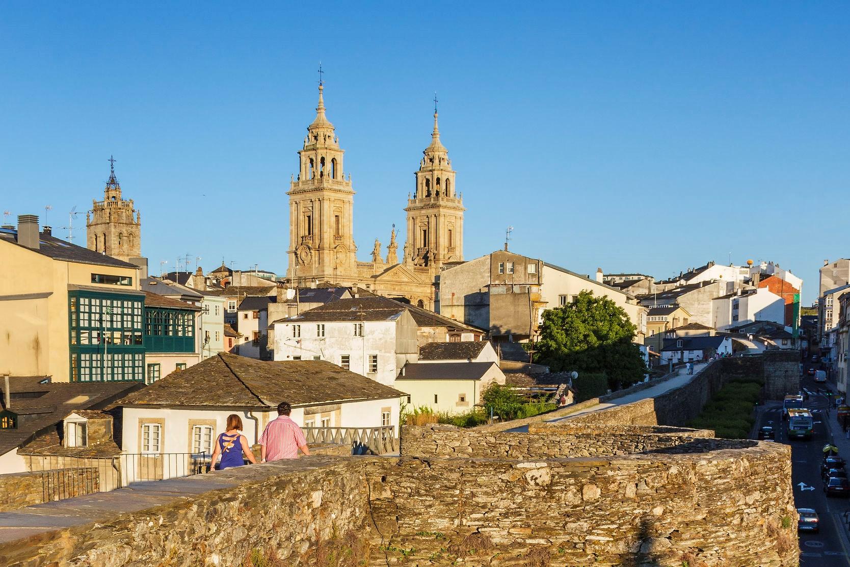 北スペインのサンティアゴ巡礼路の経由地であるルーゴ大聖堂とローマ城壁