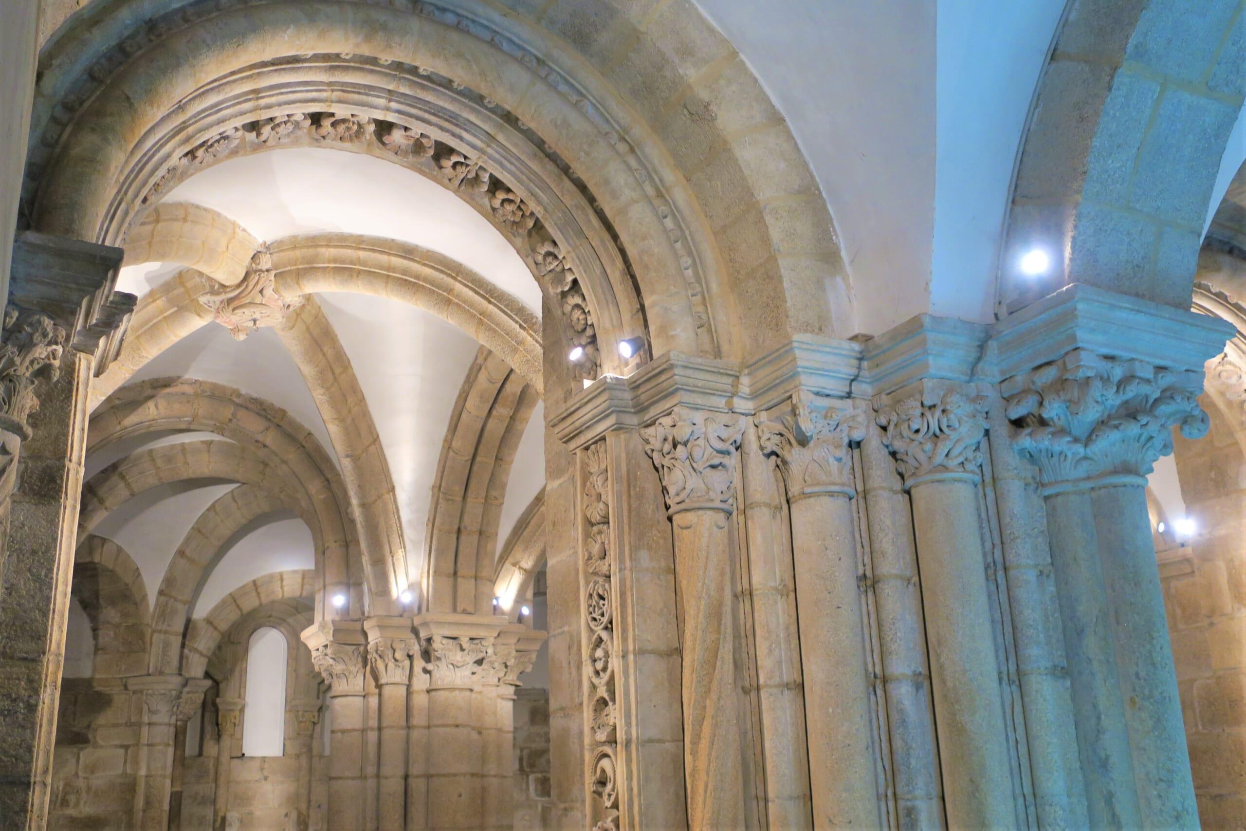 北スペインのサンティアゴ巡礼路の最終目的地であるサンティアゴ・デ・コンポステーラ大聖堂のロマネスク装飾